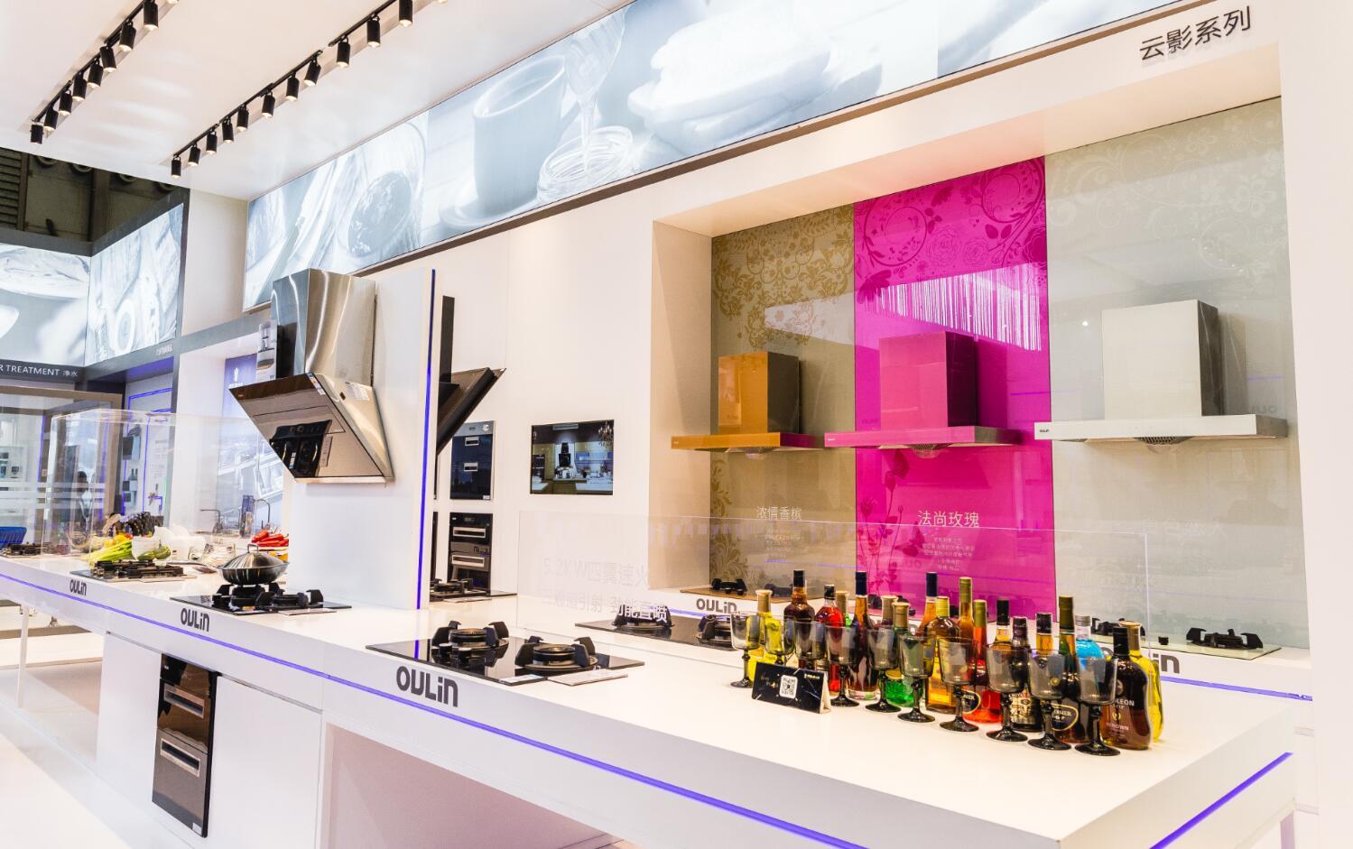 """站在AWE2016厨电盛会的舞台上,OULIN欧琳与国际品牌及国内一线知名品牌一起同台竞技,再一次用实力证明了OULIN欧琳在行业中""""智能美学厨电""""的地位。OULIN欧琳厨电产品凭借其开创时代的研发力,对极致品质的苛求态度,及对厨电美学的捕捉创造力,获得行业和消费者的一致赞誉。     据悉,相较往年,本届厨电博览会展一智能化为主题,从规模和和其实上都有所提升,同时更重视与消费者的互动性,在AWE2016OULIN欧琳展馆不但有外籍知名乐队现场solo;更有名厨现场烹饪,与消费"""